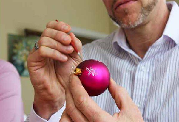 Weihnachtskugeln bemalen bei Emmerich Events, Weihnachtsfeier, Firmen-Weihnachtsfeier, Weihnachtsevent, Weihnachtsevent, Teambuilding, Firmenfeier, Firmenevent